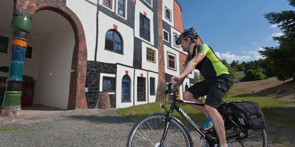Die Therme Bad Blumau wurde nach den Vorstellungen des Künstlers Friedensreich Hundertwasser gebaut.
