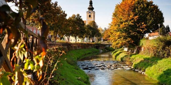 Mitten durch die Marktgemeinde Bad Waltersdorf verläuft die Safen.