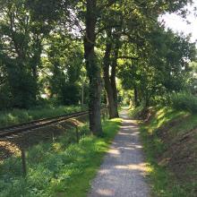 Pfad entlang der Bahnlinie.