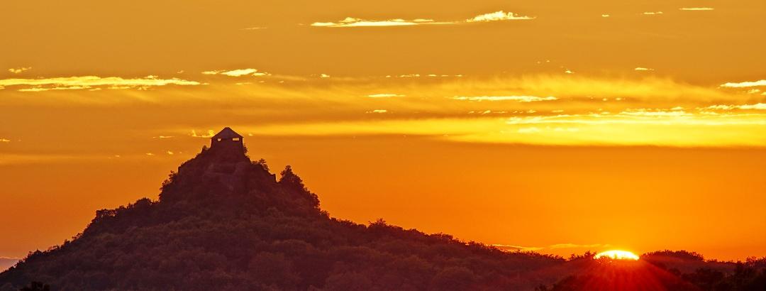 Festői naplemente Salgó várával a Rónafalu feletti Mogyorósi-kilátóból