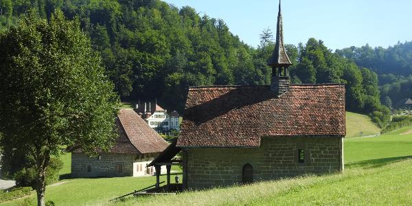 Rechts die Kapelle St. Bartholomäus, links das Siechenhaus