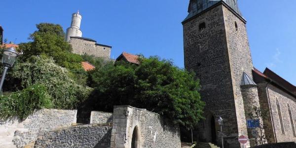 Die Felsburg mit der Nicolaikirche im Vordergrund