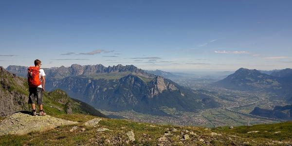 Ausblick nahe der Pizolhütte über das Rheintal.