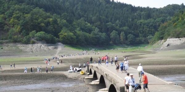 Die Aseler Brücke kommt bei Niedrigwasser zum Vorschein.