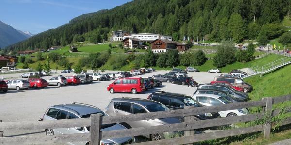 Parkplatz bei der Talstation Schlick 2000 in Fulpmes (980 m).