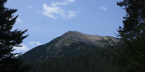 Die Seekarspitze im Aufstieg zu erkennen.