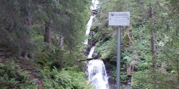 Gritschbach-Wasserfall mit Hinweistafel