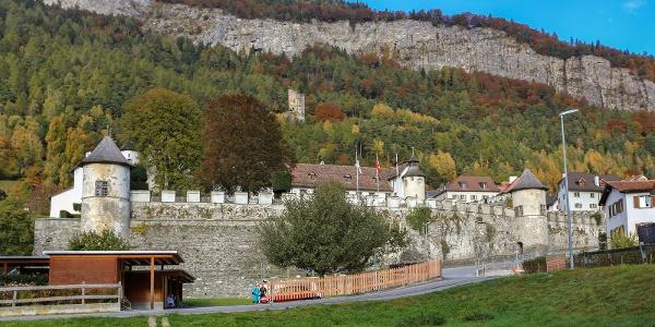 Haldenstein mit Schloss und Ruine im Hintergrund
