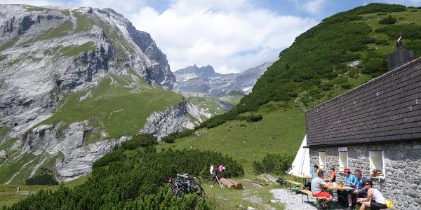 Ringelspitzhütte mit Blick zum Ringelspitz Gipfel