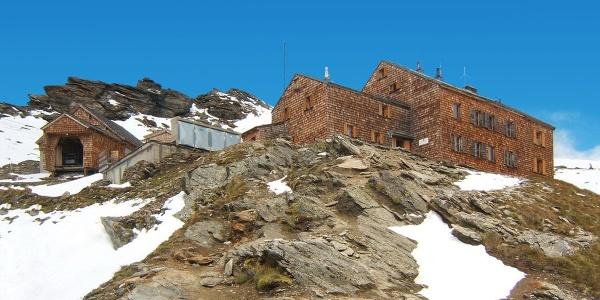 Defregger Schutzhaus mit Materialseilbahn (links)