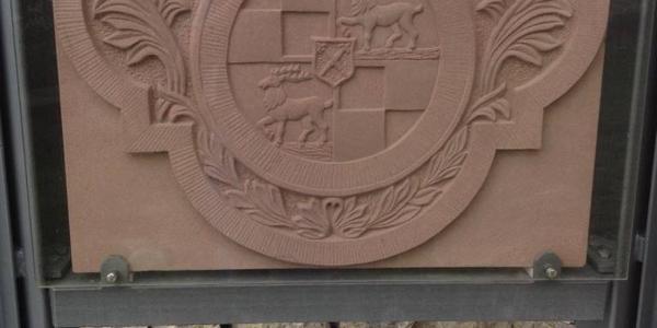 Burgruine Wehrstein, Wappenschild von Gabi Schweizer nach Vorlage sehr kunstfertig herausgearbeitet