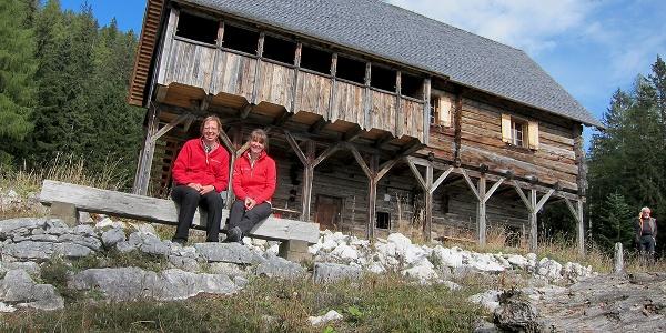 Bärenriedlau Hütte mit Aussichtsbankerl