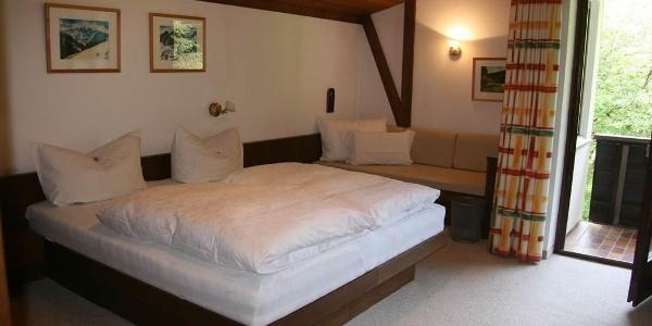 Grosses Schlafzimmer mit Zusatzbett