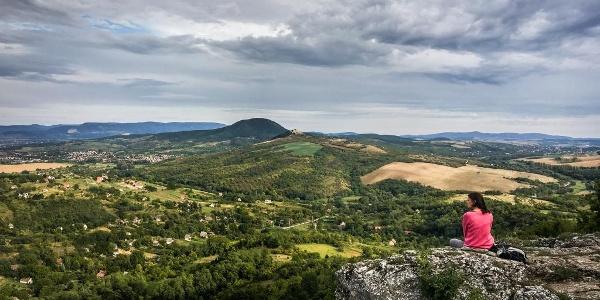 Szemben a Hegyes-kő, a Nagy-Gete, háttérben a Pilis és a Budai-hegység