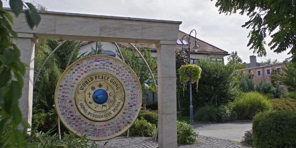 A Világbéke-gong a parkban
