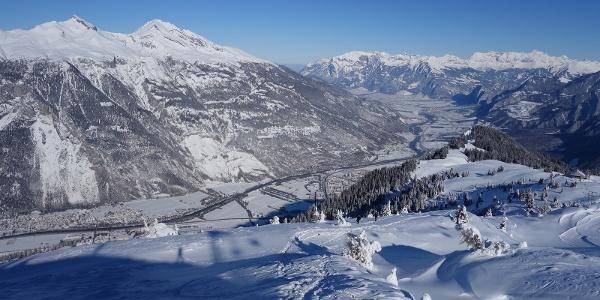 Aufstieg am Rand der Skipisten mit Blick ins Rheintal