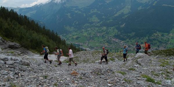 Auf dem Eigertrail, weit unten Grindelwald.
