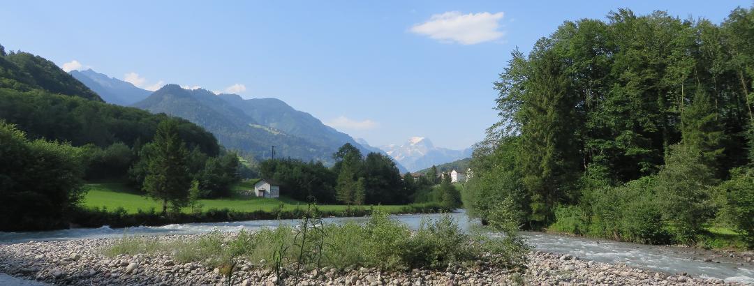 Fahrradweg entlang der Linth mit Blick auf den Tödi