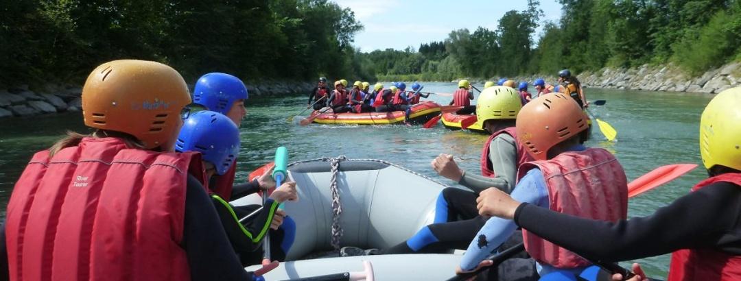 Alle in einem Schlauchboot