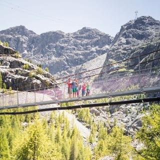 Ein Highlight der Wanderung – Überquerung der Hängebrücke