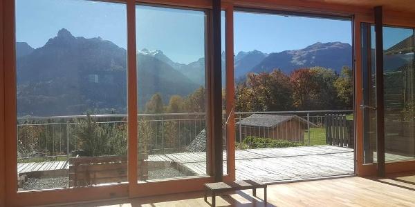Wohnzimmer mit großer Glasfront