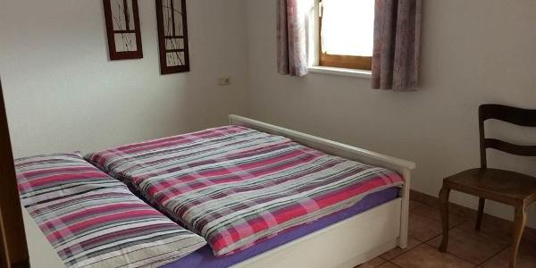 Doppelzimmer 1 mit Kleiderschrank
