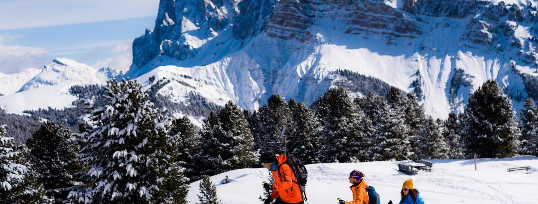 Schneeschuhwandern vor der imposanten Kulisse der Dolomiten