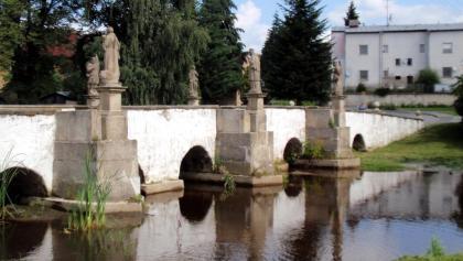 Belá nad Radbuzou: Barokní most se sochami svatých