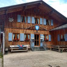 Tutzinger Hütte, enspanntes Sitzen vor der Hütte ;-)