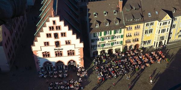 Tiefblick vom Münster auf den Münsterplatz.