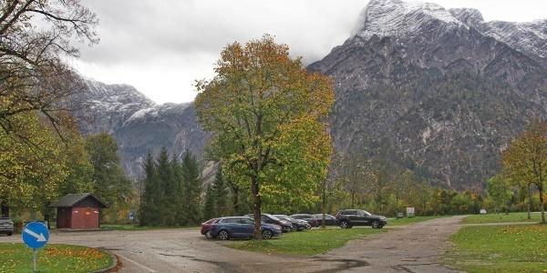"""Großzügiger und geräumiger Parkplatz hinter dem Ghs. Seehaus, dahinter die gewaltige Felsszenarie der """"Röll"""""""