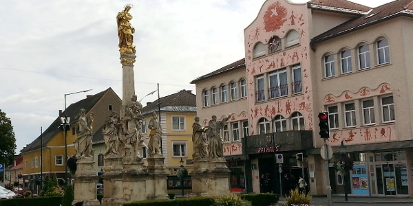 Blick auf die Mariensäule, im Hintergrund das Arik-Brauer-Rathaus Voitsberg