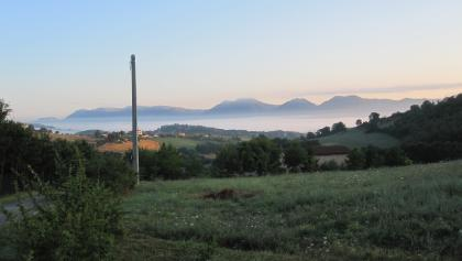 Frühstücksplatzl über Ponte di Assisi mit Blick zurück nach Gubbio
