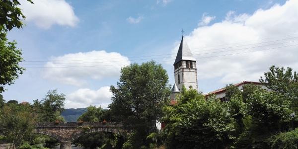 Depuis la rive de la Nive des Aldudes, vu du pont romain de l'église et de l'église St-Étienne.