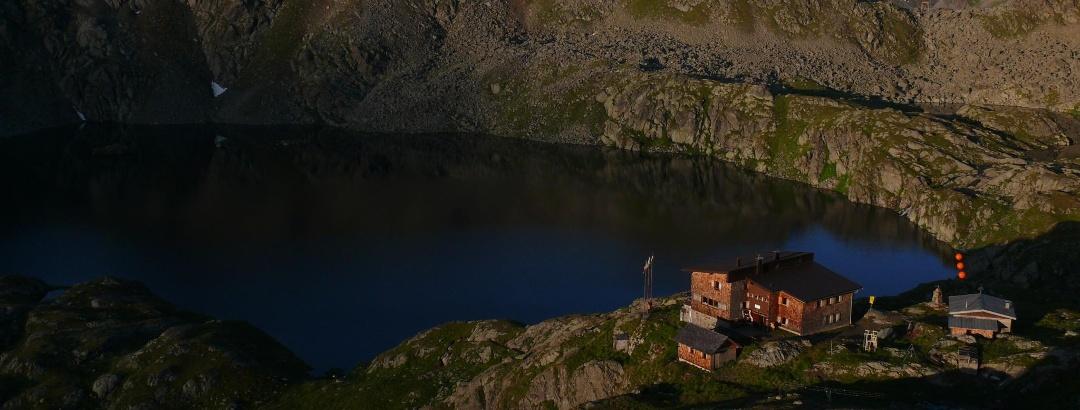 Wangenitzseehütte mit Wangenitzsee im Morgenlicht