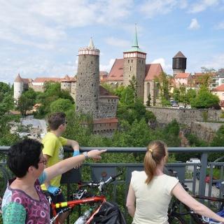 Radler auf der Bautzener Friedensbrücke