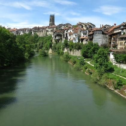 Blick auf die Altstadt von Fribourg mit der Saane