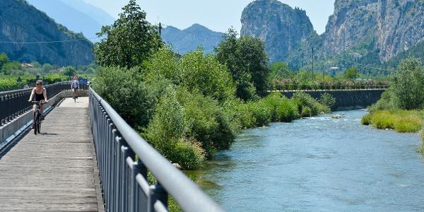 Der Radweg den Fluß Sarca entlang (Arco im Hintergrund)