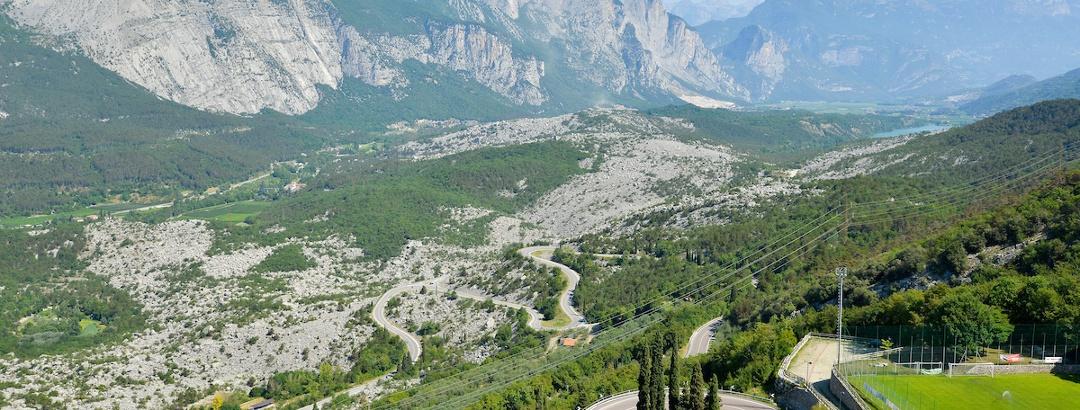 La zona delle Marocche e, sullo sfondo a destra, il lago di Cavedine