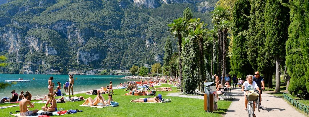 La pista ciclabile accanto al lago di Garda