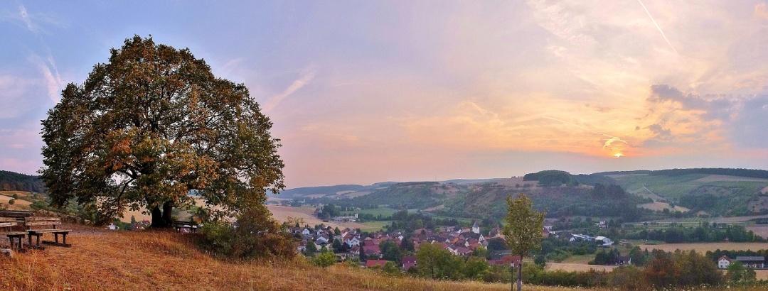 """Blick vom Naturdenkmal Linde (""""Hiereschoole"""") auf das Umpfertal mit Sachsenflur."""