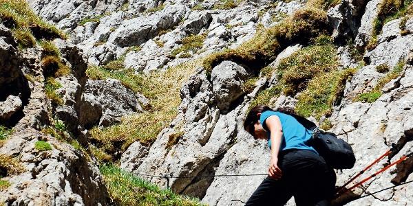 Der Aufstieg Zahme Gocht ist mit Drahtseilen gesichert.