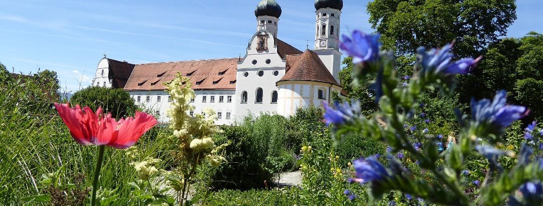 Blick zur Basilika vom Meditationsgarten