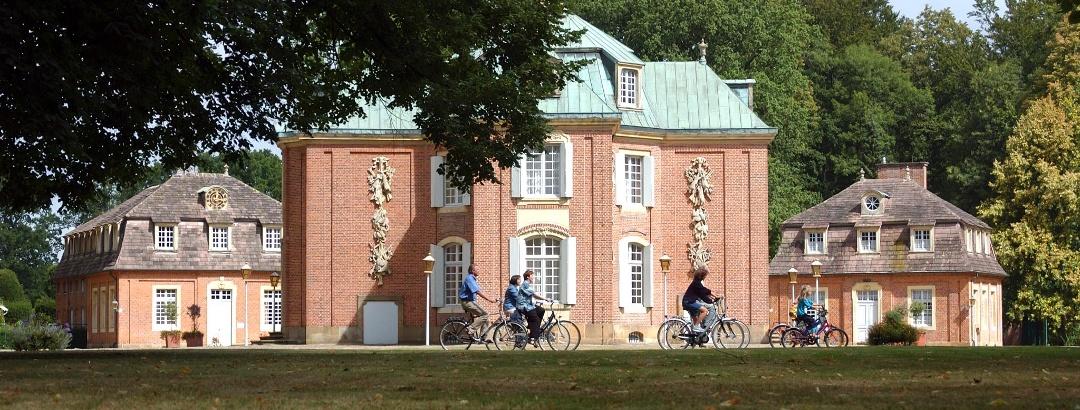 Radfahrer auf dem Geest-Radweg vorbei am Schloss Clemenswerth