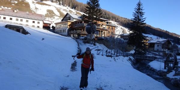 Ein paar Meter Ski tragen, hinten Almi's Berghotel (Parkplatz).