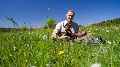 Ranger Andreas auf der Blumenwiese