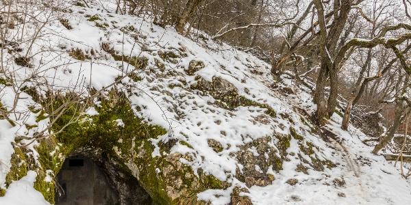 A solymári Ördöglyuk-barlang főbejárata