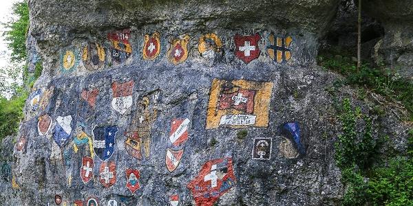 Felswand mit aufgemalten Wappen beim Chessliloch.