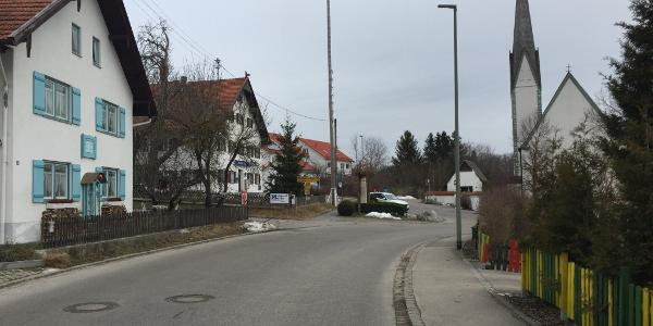 Blick ins Dorf auf Maibaum, Kirche