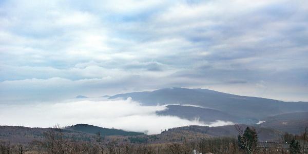 Felhők fedik a  Kékes csúcsát (Galya-kilátó)